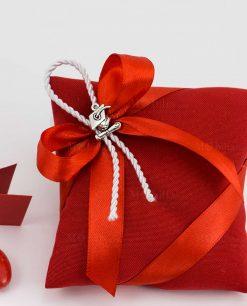 bobmoniera cuscino portaconfetti rosso con ciondolo tocco e pergamena su fiocco rosso e cordoncino bianco