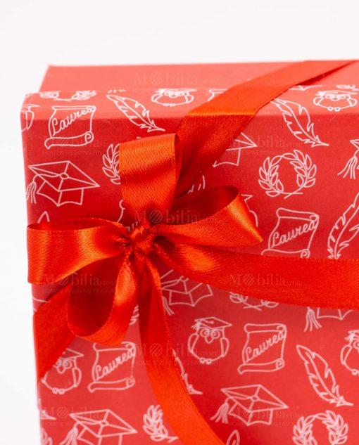 bomboniera agenda rossa con laccetto e ciondolo dettaglio fiocco a 4 raso rosso su scatola tabor