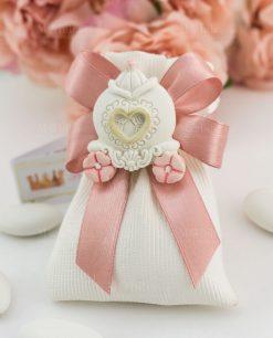 bomboniera calamita carrozza con fiori rosa su sacchettino portaconfetti bianco rigato con fiocco a 4 rosa