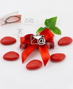 bomboniera ciondolo busta lettera chiocciola microfusione placcato argento tabor su tubicino fiocco e confetti rossi