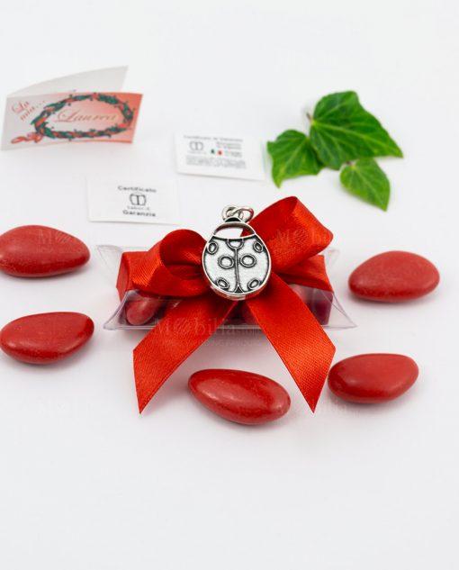bomboniera ciondolo coccinella microfusione placcato argento tabor su tubicino fiocco e confetti rossi