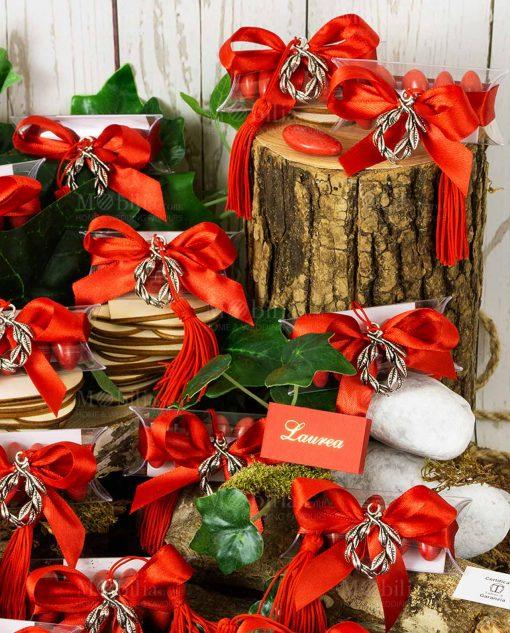 bomboniera ciondolo corona alloro microfusione placcato argento con nappina rossa su tubicino con fiocco rosso e confetti