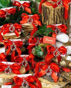 bomboniera ciondolo corona alloro microfusione placcato argento nappina rossa su tubicino con fiocco rosso e confetti
