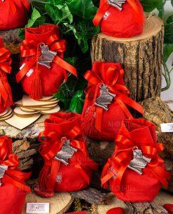 bomboniera ciondolo pergamena con nappina rossa tabor su sacchettino cotone e fiocco a 4 rosso