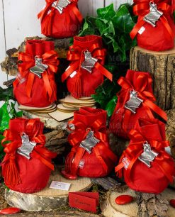 bomboniera ciondolo pergamena con tocco e nappina rossa tabor su sacchettino cotone e fiocco a 4 rosso