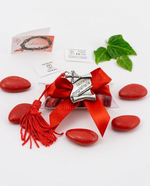 bomboniera ciondolo pergamena e tocco tabor con nappina rossa su tubicino confetti e fiocco rosso