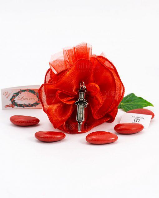 bomboniera ciondolo siringa microfusione tabor su sacchetto rosso organza