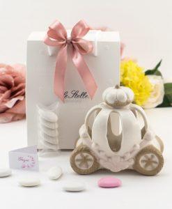 bomboniera lampada led porcellana carrozza con busta bianca con stelline e fiocco rosa