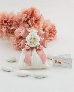 bomboniera magnete carrozza con fiori rosa su sacchettino portaconfetti bianco rigato con fiocco a 4 rosa