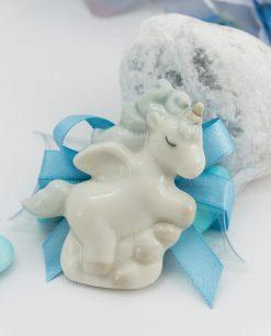 bomboniera magnete porcellana unicorno azzurro su tubicino con fiocco azzurro