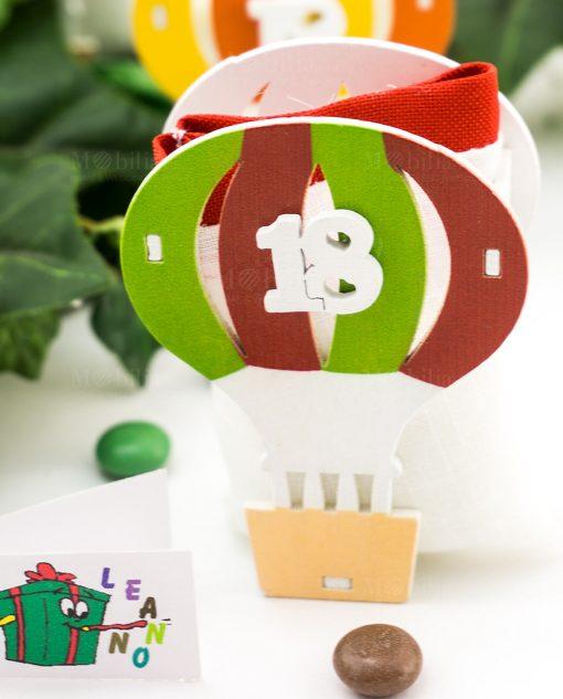 bomboniera mongolfiera rossa e verde con sacchetto portaconfetti e numero 18