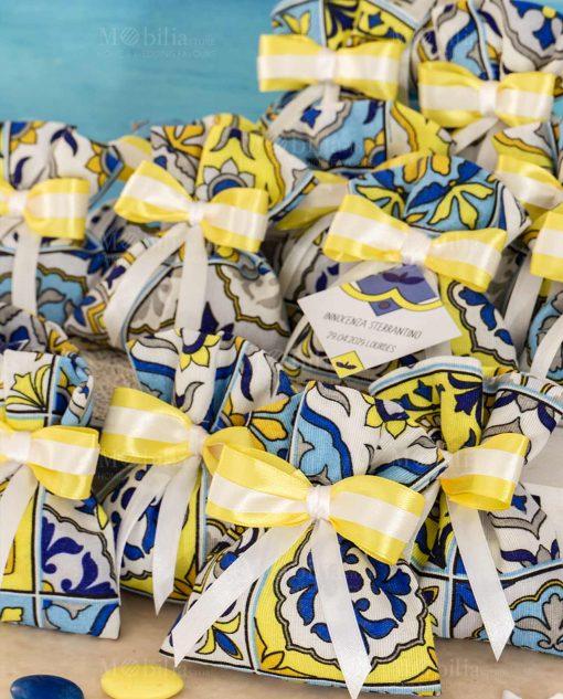 bomboniera sacchetto portaconfetti stampa maioliche fiocco bianco e giallo e bigliettino personalizzato