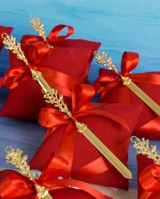 bomboniera tagliacarte con corallo linea coral bay emò su cuscino portaconfetti rosso