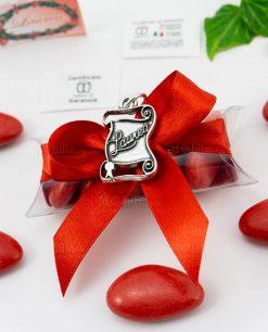 bomboniera tubicino fiocco e confetti rossi dettaglio ciondolo pergamena con scritta microfusione placcato argento tabor