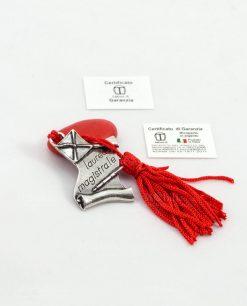 ciondolo pergamena con tocco e scritta microfusione placcato argento con nappina rossa tabor