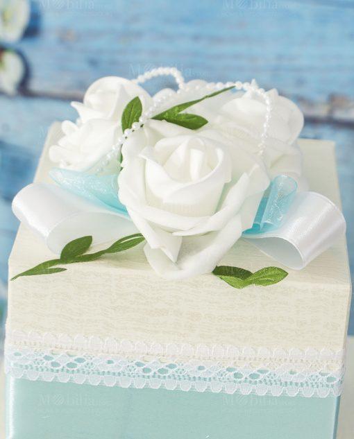 dettaglio torta portabomboniera con rose e perline