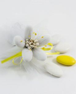 fiore di sulmona con decori e nastro gialli e confetti bianchi