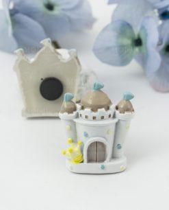 magnete castello bimbo bianco con bandierine azzurre e corona. avanti e retrojpg