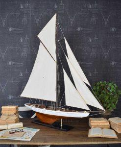 modellino barca a vela da collezione con base legno e vela bianca orchidea milano