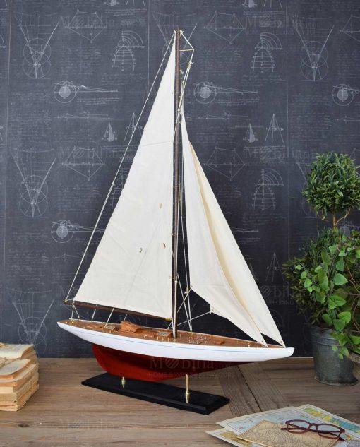 modellino barca a vela da collezione con base legno rossa e bianca e vela bianca orchidea milano