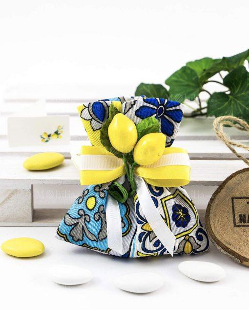 sacchetto portaconfetti confezionato con stampa maioliche blu e giallo con nastro giallo e applicazione limoni