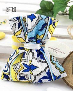 sacchetto portaconfetti confezionato con stampa maioliche blu e giallo con nastro giallo e applicazione limoni retro