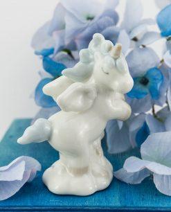 sculturina unicorno rampante porcellana con criniera azzurra