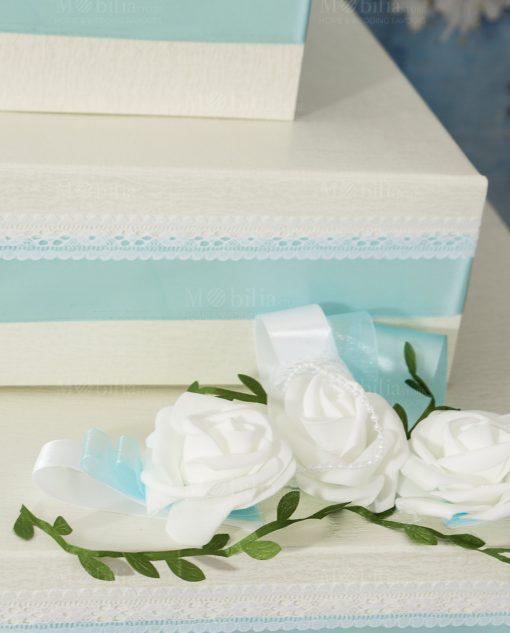 torta portabomboniera a piani con rose bianche e perline