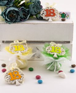 bomboniera appendino magnete albero della vita con numero diciotto colori assortiti su sacchetto