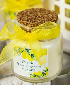 bomboniera barattolo vetro candela profumata con etichetta personalizzata e nastro organza giallo