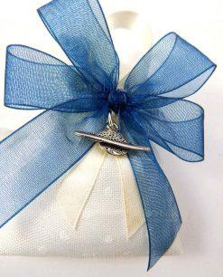 bomboniera ciondolo pianeta tabor su sacchetto bianco pois portaconfetti fiocco blu