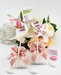 bomboniera girandola piccola e grande a righe colorate su sacchetto bianco con fiocco rosa antico linea mondovì ad emozioni