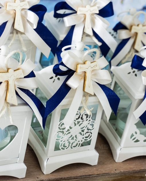 bomboniera lanterna bianca decori assortiti applicazione croce tao legno su fiocco blu