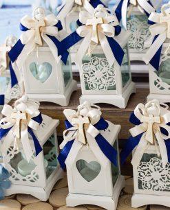 bomboniera lanterna bianca decori assortiti applicazione crocetta tao legno su fiocco blu