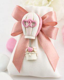 bomboniera magnete mongolfiera con cuori rosa su sacchetto bianco rigato