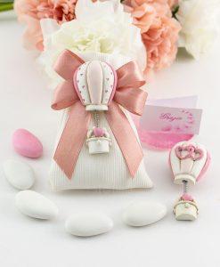 bomboniera magnete mongolfiera con cuoricini su sacchettino bianco portaconfetti