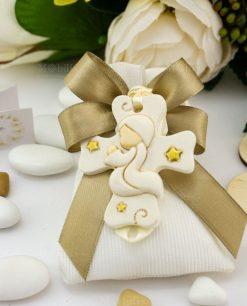 bomboniera pendaglio croce bimbo che prega con stelline su sacchettino bianco rigato