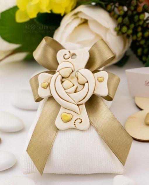 bomboniera pendaglio croce con sacra famiglia e cuoricini su sacchetto bianco rigato