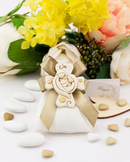 bomboniera pendaglio croce con sacra famiglia su sacchetto bianco con fiocco a 4 tortora