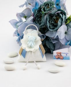 bomboniera pendaglio orsetto bimbo con fiore su sacchetto portaconfetti con nastri doppi