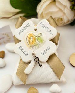 bomboniera pendaglio quadrifoglio con cappello papale e ciondolo chiave cuore su sacchetto rigato