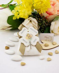 bomboniera pendaglio quadrifoglio con sacra famiglia e ciondolino cuore su sacchetto bianco portaconfetti