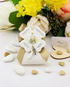 bomboniera pendaglio quadrifoglio con scritte amore fortuna gioia e sogni con calice e ciondolino chiave cuore su sacchetto bianco