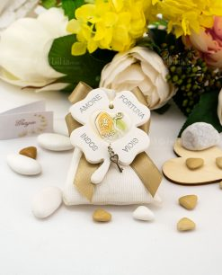 bomboniera quadrifoglio con cappello papale e bastone con ciondolino chiave cuore su sacchetto bianco rigato