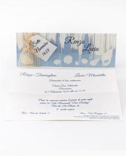 partecipazione e invito cerimonia con conchiglia bianche rilievo e scritta blu termorilievo