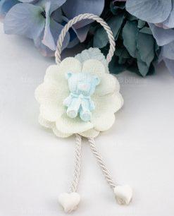 pendaglio orsetto azzurro bimbo su fiore stoffa bianco con cordoncino e cuoricini