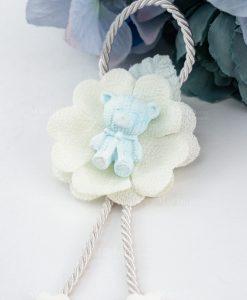 pendaglio orsetto bimbo su fiore stoffa bianco e cordoncino con cuoricini