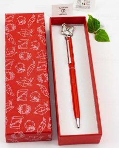 penna rossa con ciondolo tocco e scatola rossa tabor