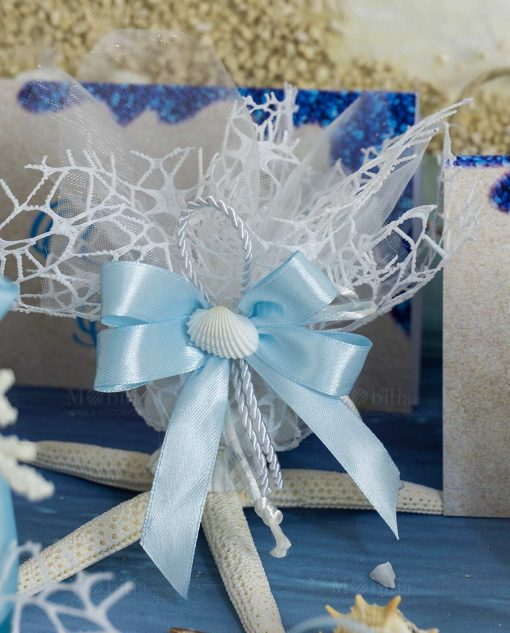 sacchettino portaconfetti rete bianco con fiocco azzurro e conchiglia naturale coordinato tema mare