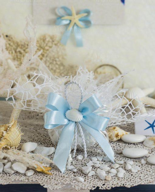 sacchetto portaconfetti rete bianco con nastri azzurri e conchiglia
